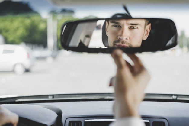 distracciones más comunes al conducir: Ajustar incorrectamente los asientos y retrovisores